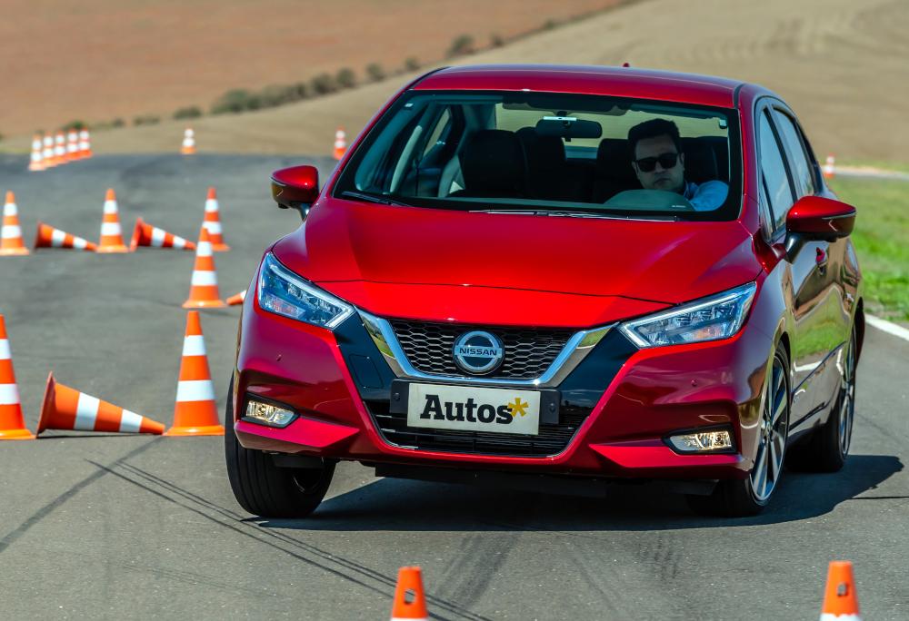 O Nissan Versa 2021 foi avaliado em pista, em diversas situações