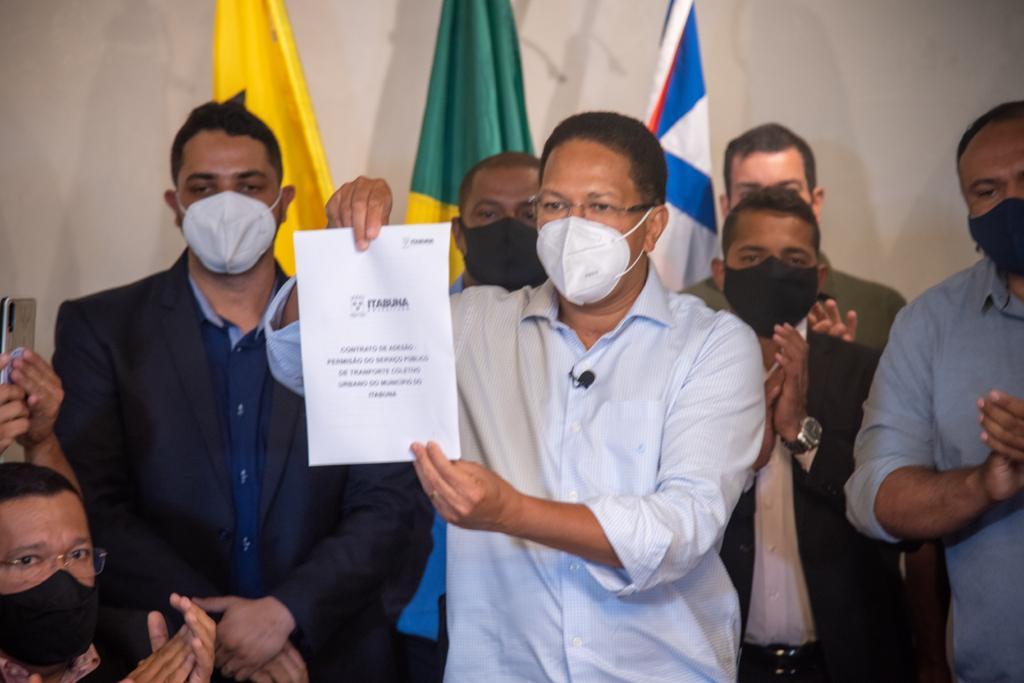 Augusto Castro exibe contrato assinado