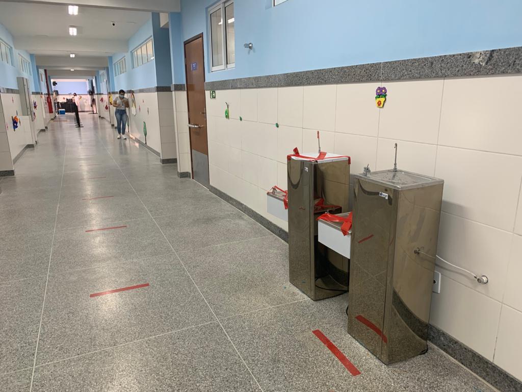 Bebedouros interditados para cumprir protocolos sanitários nas aulas presenciais, quando autorizadas