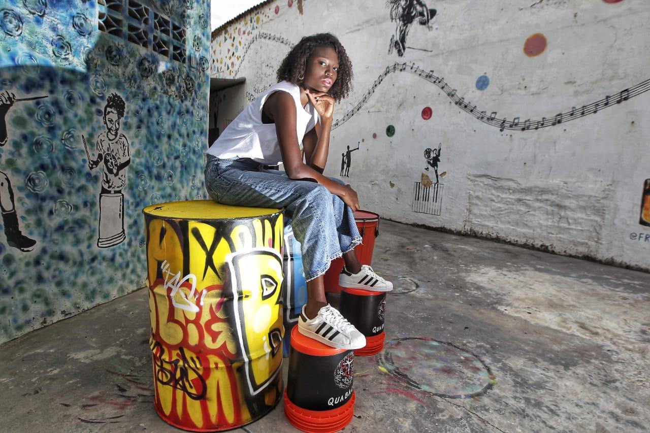 Rebeca posa para foto na sede do Quabales, em Amaralina
