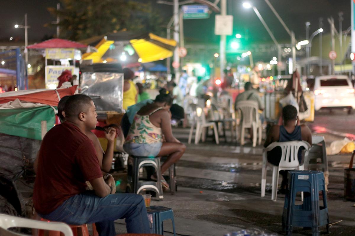 Grande movimento na região do Shopping da Bahia no início da noite.