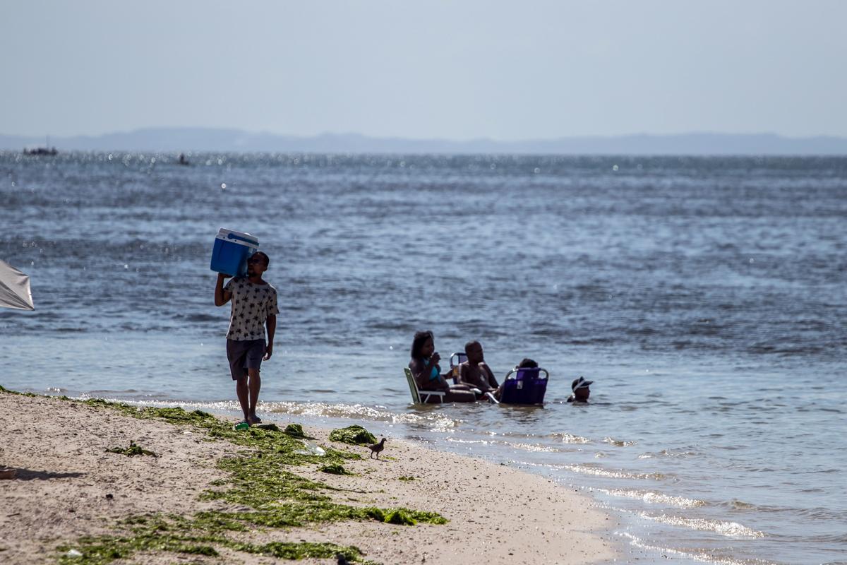 Apenas os pescadores e as atividades de esportes náuticos estão autorizados a utilizar a faixa de areia. (Praia da Ribeira))