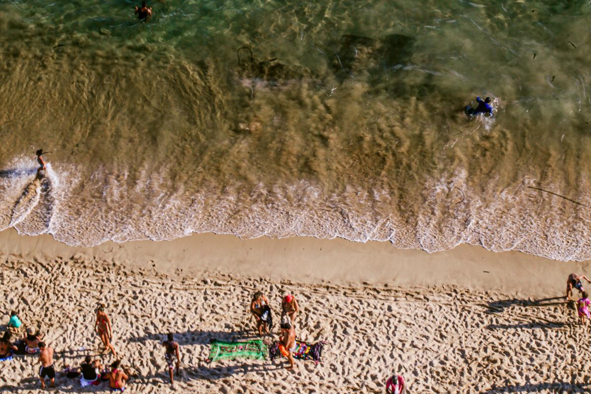O movimento da Praia do Farol da Barra visto pela janela do Oceania.