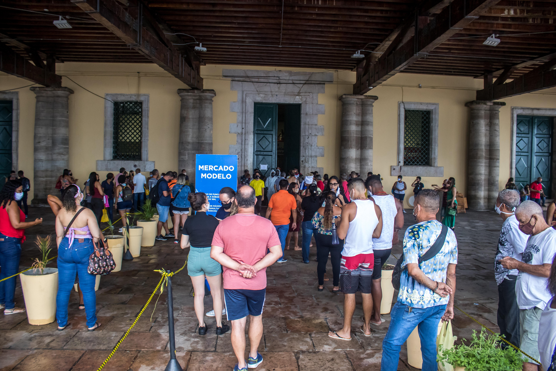 No Mercado Modelo, turistas fizeram fila a espera do horário de abertura.