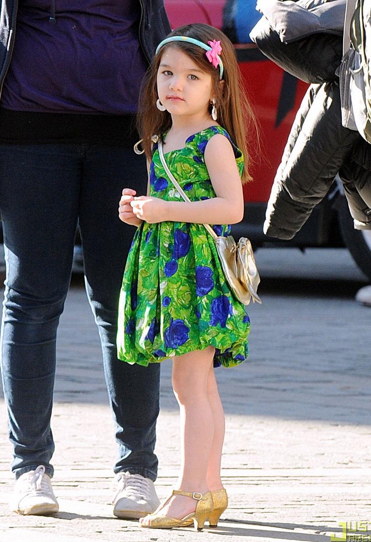 Aos 4 anos, a menina foi vista na rua com sapatos de salto