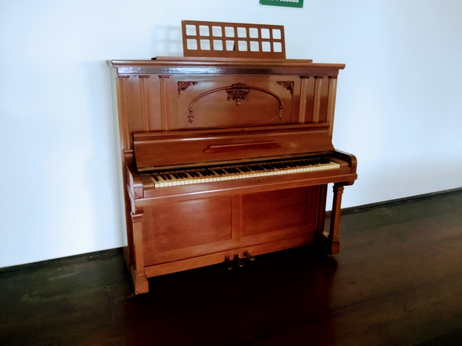 Piano alemão Schiedmayer Stuttgart – Na internet, tem modelos parecidos à venda, comprados em 1935, de R$ 10 a R$ 40 mil. Pertenceu à UCSal